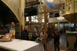 Członkowie Komisji Kultury powiatu limanowskiego stoją przed głównym ołtarzem i oglądają remotowane ściany. Słuchają wypowiedzi pani odpowiedzialnej za remont w kościele. Towarzyszy im ksiądz proboszcz Kazimierz Fąfara.