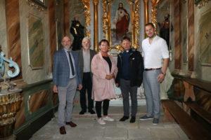 Członkowie komisji kultury powiatu limanowskiego pozują do zdjęcia wraz z proboszczem Antonim Pisiem w kościele Świętego Antoniego Opata w Męcinie.