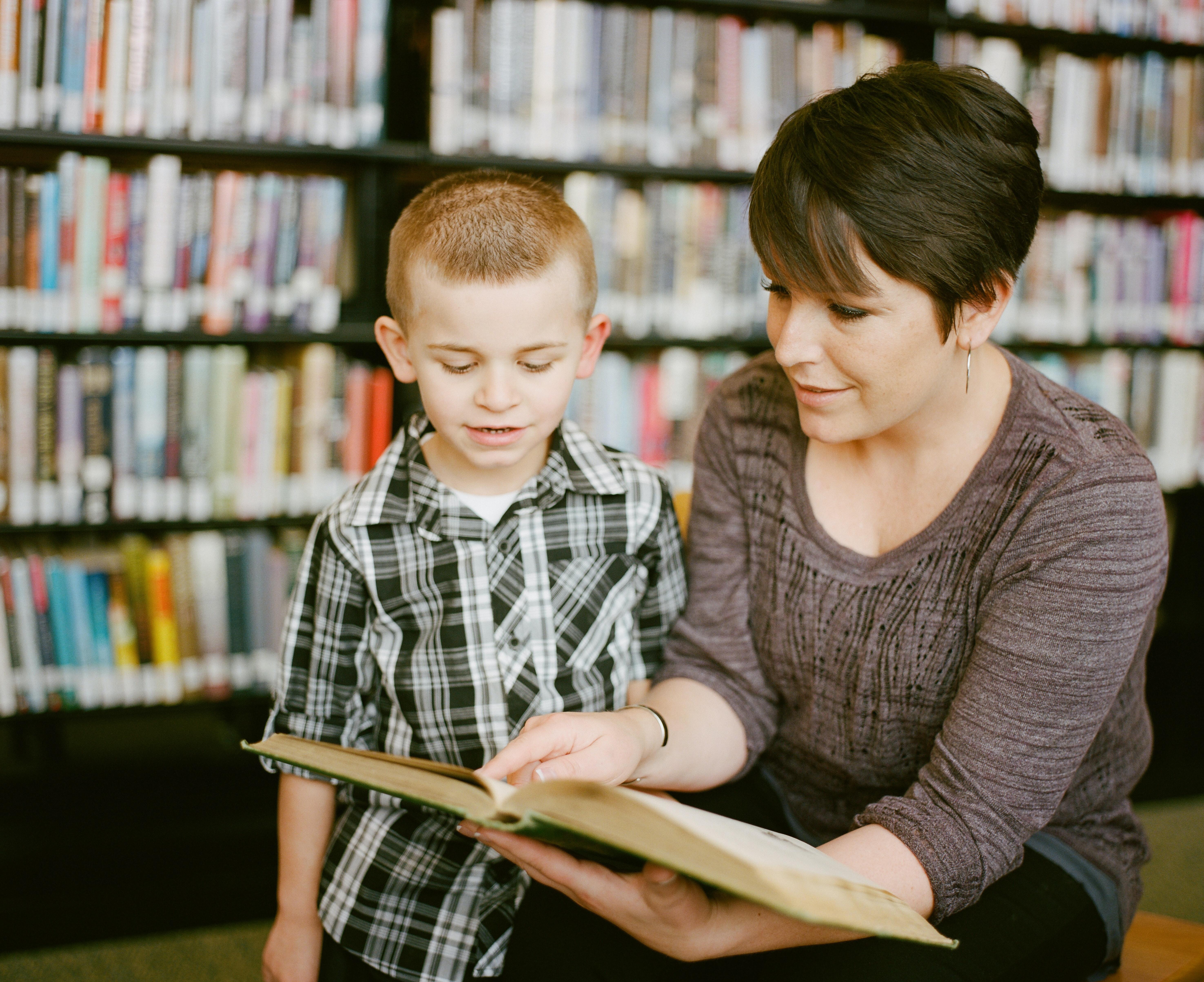 """Kampania czytelnicza """"Mała książka - wielki człowiek"""" - mama i syn w bibliotece"""