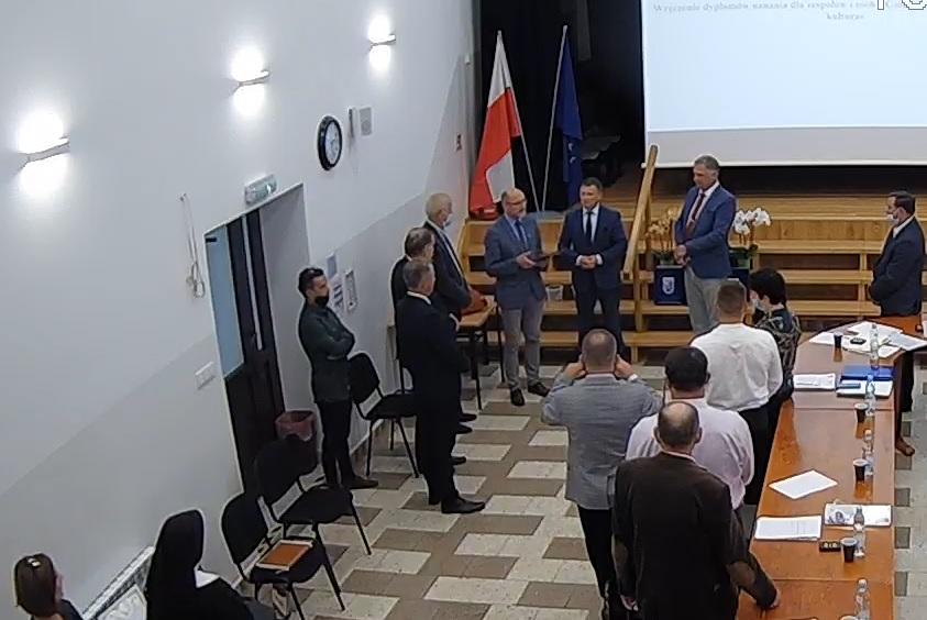 Radni gminy Niedźwiedź wraz z członkiem zarządu powiatu limanowksiego na sali konferencyjnej urzędu gminy niedźwiedź podczas przekazania podziękowań dla pana Zembury