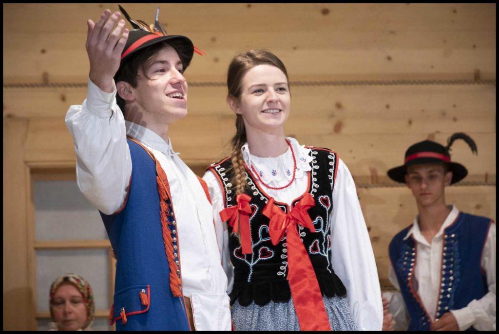 Dwójka artystów Zespołu Regionalnego SPOD KICEK z Mordarki - mężyczyzna i kobieta - podczas występu