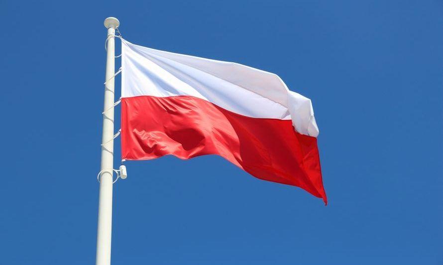 flaga polski na tle nieba.