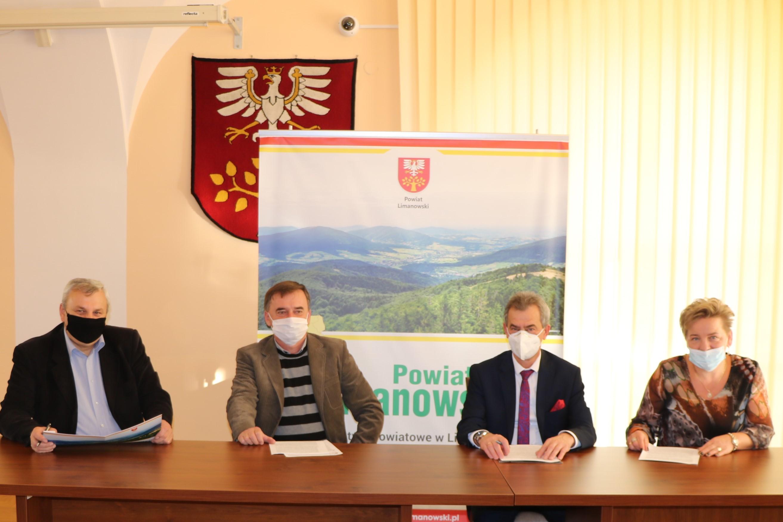 podpisanie umowy na sali konferencyjnej Starostwa. Przedstawiciele Zarządu, dyrektor PZD oraz przedstawiciele wykonawcy podpisują umowę przy stole.