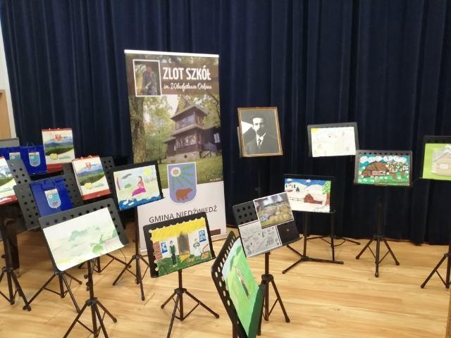 wystawa prac w budynku gminnego osrodka kultury