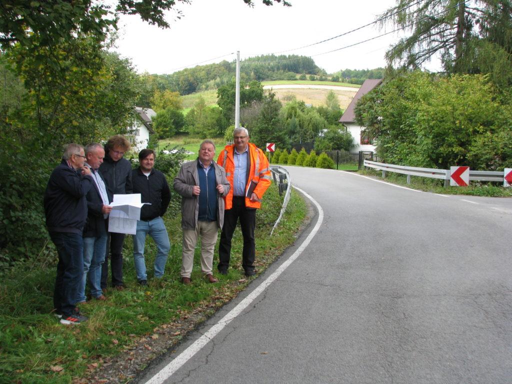 Dyrektor PZD wraz z radnymi powiatowymi i wykonawcami zadania na przebudowywanym odcinku drogi