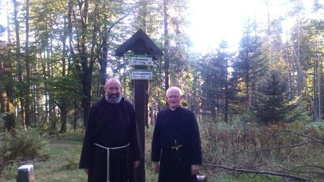 Zdjęcie braci podczas spaceru szlakami górskim powiatu limanowskiego