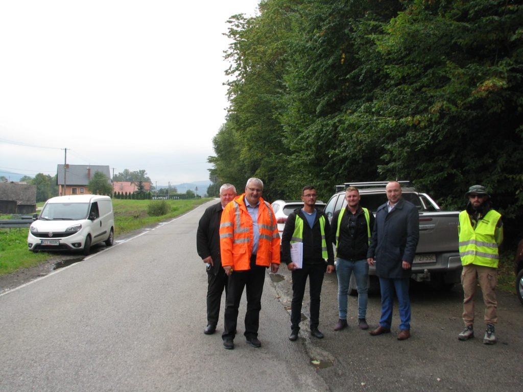 Dyrektor PZD Limanowa Marek Urbański wraz z wójtem Gimy Łukowica Bogdanem Łuczkowskim na przekazywanym odcinku drogi w towarzystwie przedstawicieli firmy wkonawczej.