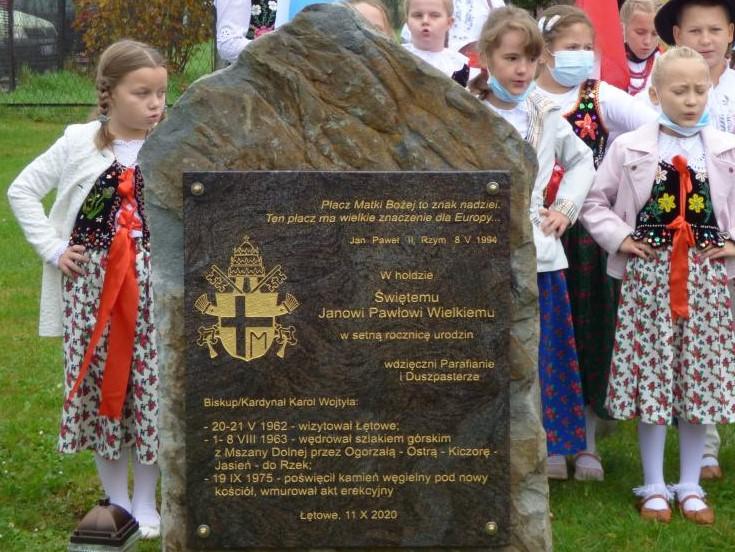 zdjęcia - tablica na kamieniu w hołdzie Świętemu Janowi Pawłowi Wielkiemu w setną rocznicę urodzin.