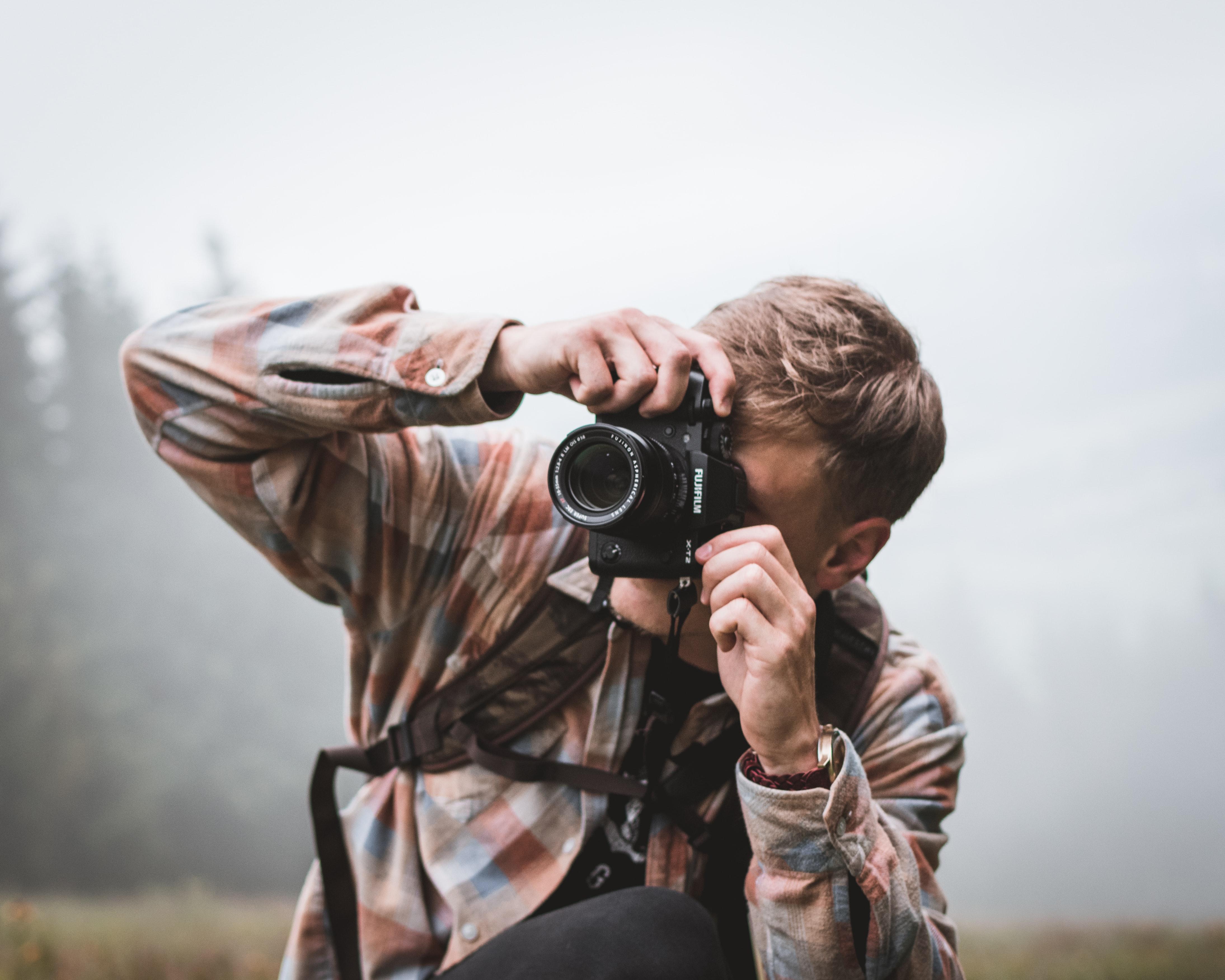 Mężczyzna z aparatem podczas robienie zdjęć.
