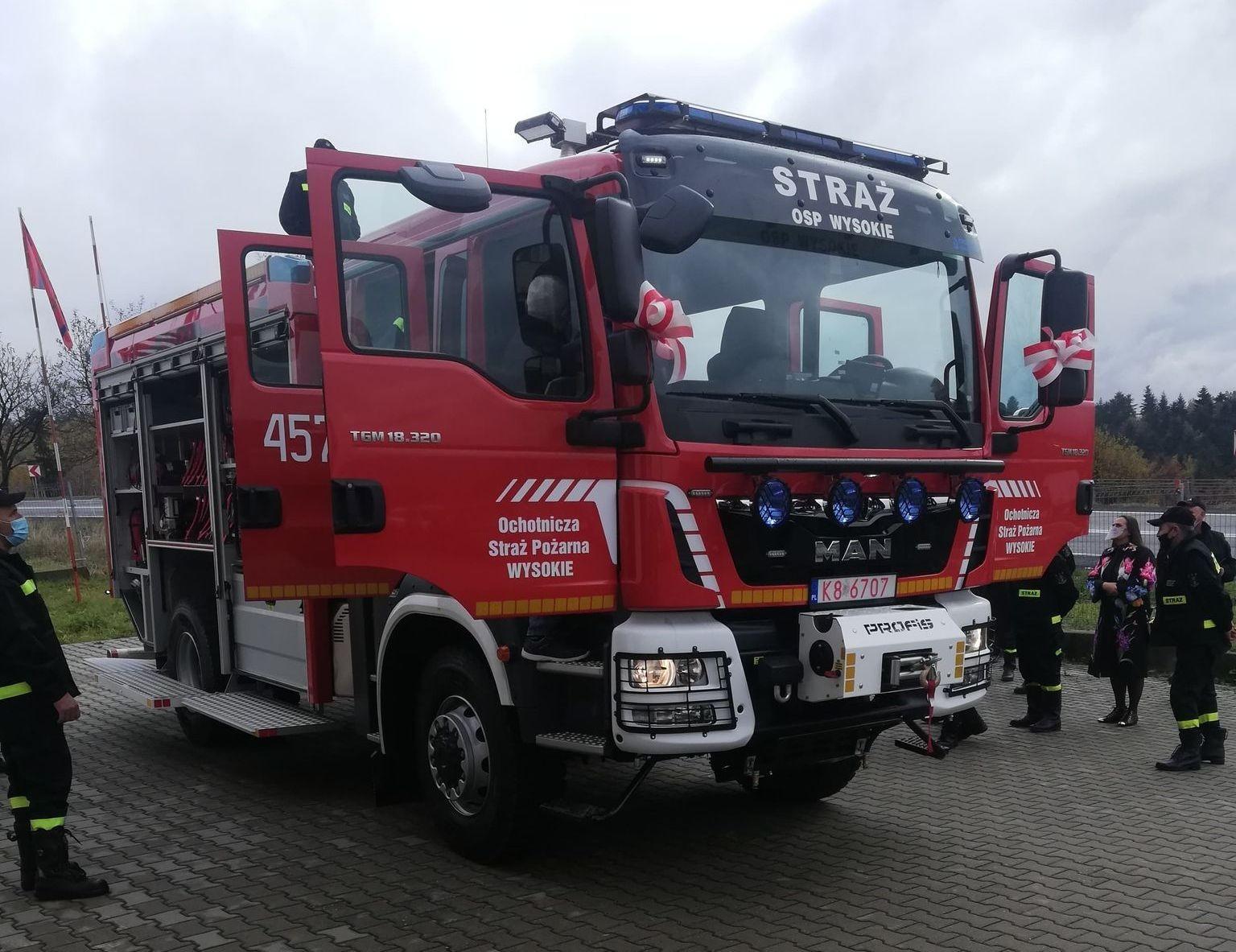 Nowy wóz strażacki jednostki OSP Wysokie. Zdjęcie przodu z otwartmi drzwiami.