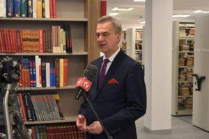 Starosta Limanowski podczas nagrania w bibliotece.