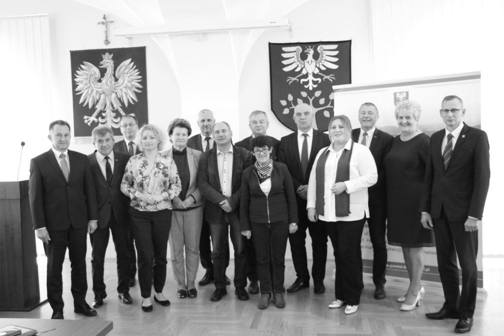 Grupowe zdjęcie podczas wiyty delegaci w powiecie limanowskim na sali konferencyjnej starostwa.