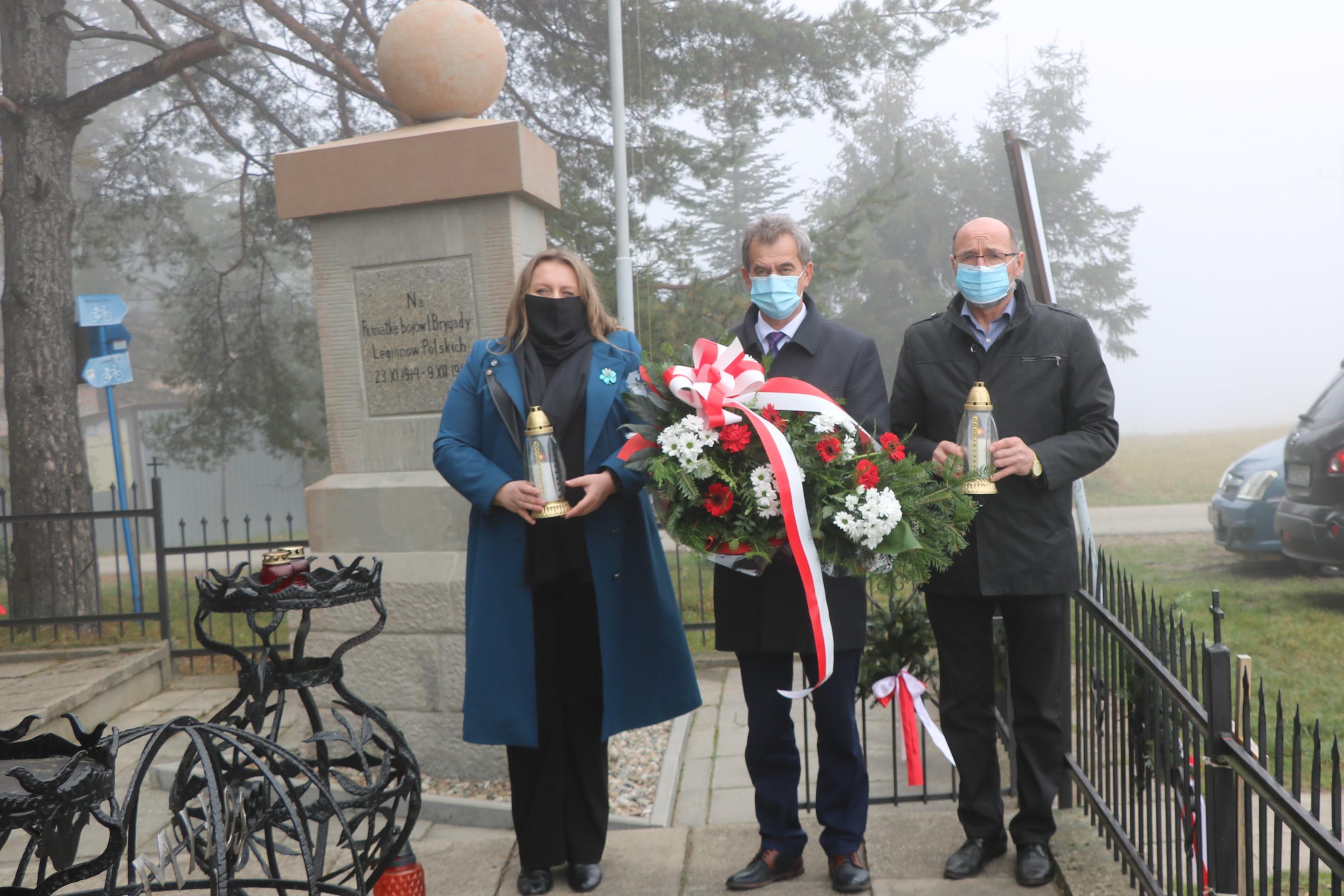 Przedstawiciele Powiatu Limanowskiego przy Pomniku Spotkań Pokoleń na Przełęczy Marszałka Edwarda Śmigłego – Rydza (Przełęcz Chyszówki).