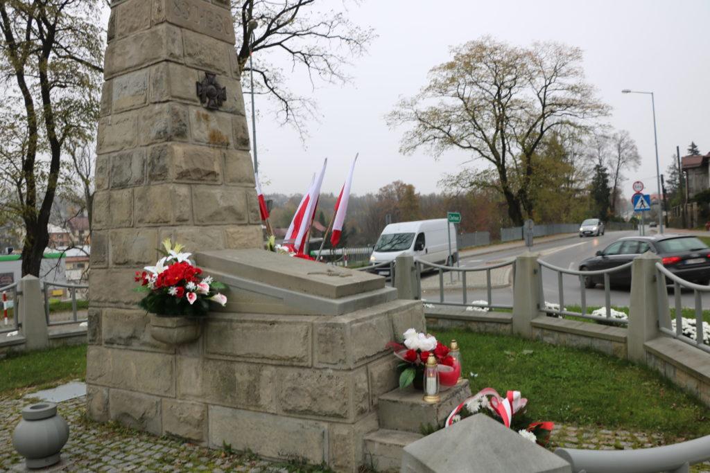 Zdjęcie pomnika Nieznanego Żołnierza na Rondzie Niepodległośc w Limanowej z patriotycznymi wiązankami.