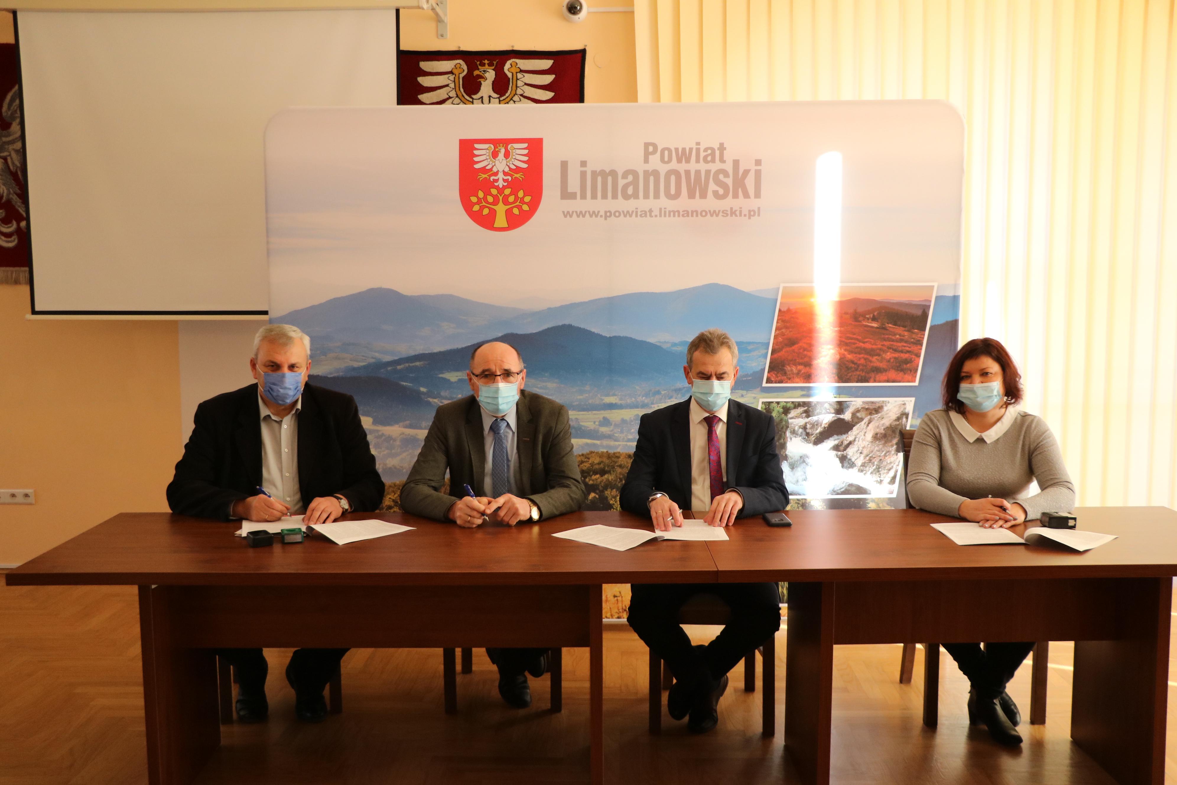 podpisanie umowy w sali konferencyjnej starostwa. Przy stole siedzi Starosta Limanowski, dykretor pzd, członek zarządu oraz przedstawiciel wykonawcy robót. Podpisują umowę.