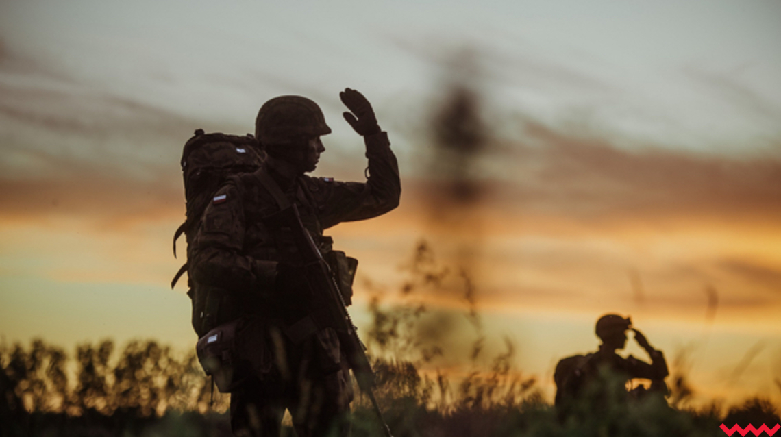 Cień żołnierza podczas ćwiczeń o zachodzie słońca.