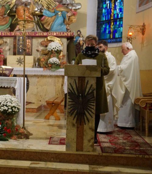 Wicestarosta Limanowski Agata Zięba na mszy w kośćiele podczas czytania na ambonie czytania.