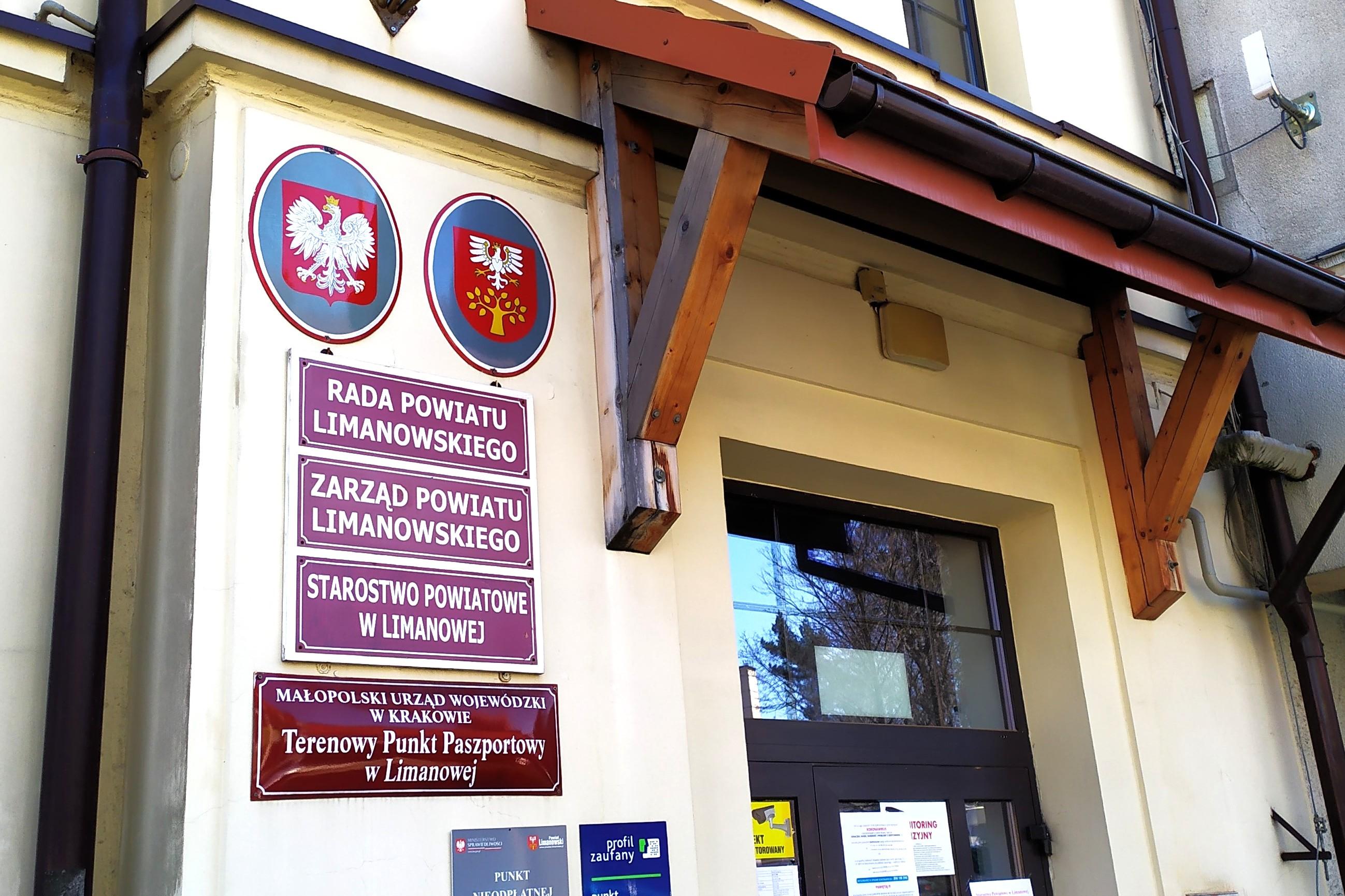 Zdjęcie wejścia do budynku Starostwa Powiatowego w Limanowej