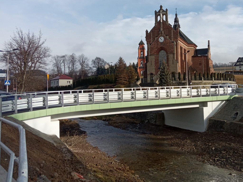 Widok na przebudowany most. W tle kościół.