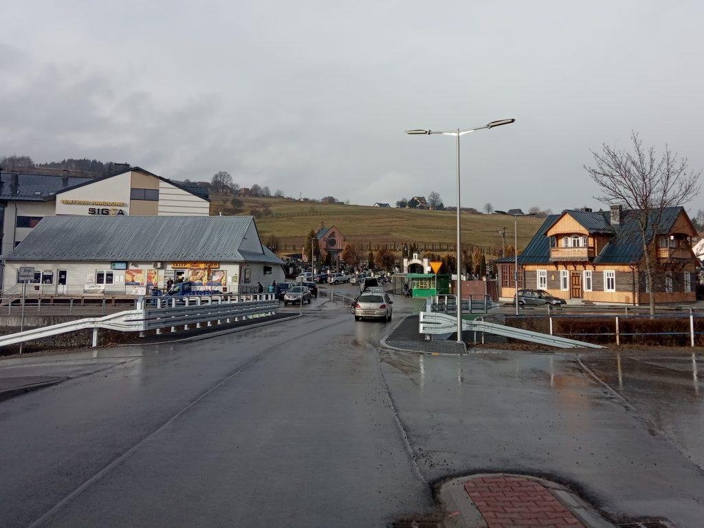 Widok na nową nawierzchie asfaltową na nowym moście.