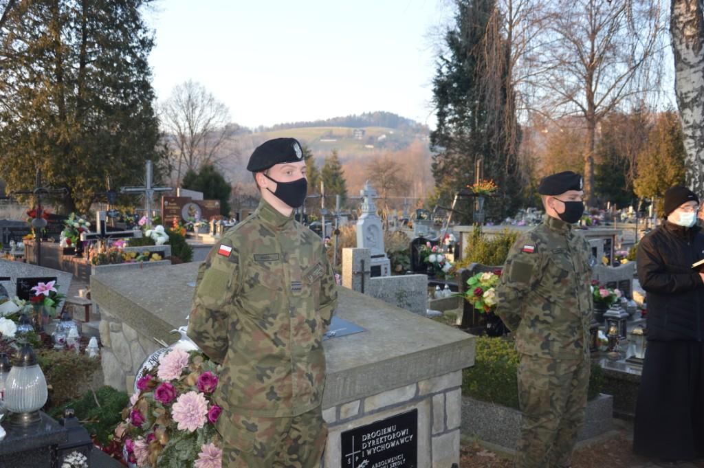 Grób Jana Drożdża na łososińskim cmenatrzu. Kwatery pilnuje dwóch mężczyzn w wojskowych strojach