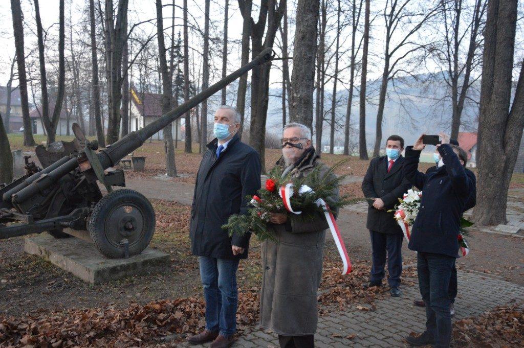 Czesław Kawalec- członek zarządu powiatu podczas składania wiązanki w Łososinie Górnej