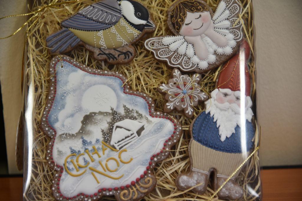 Ręcznie malowane pierniczki w świąteczne wzory. Aniołek, ptak, krasnal i choika z napisem cicha noc.