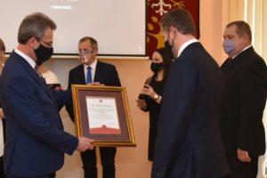 Starosta Limanowski przekazuje list w passpartu na ręce drygenta