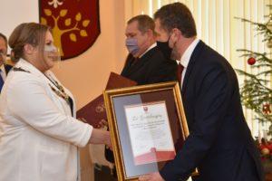 Przewodnicząca rady powiatu gratuluje przedstawicielom chóru.