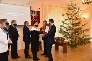 Agnieszka Orzeł przewodnicząca komisji kultury powiatu limaowskiego gratuluje przedstawicielom chótu.