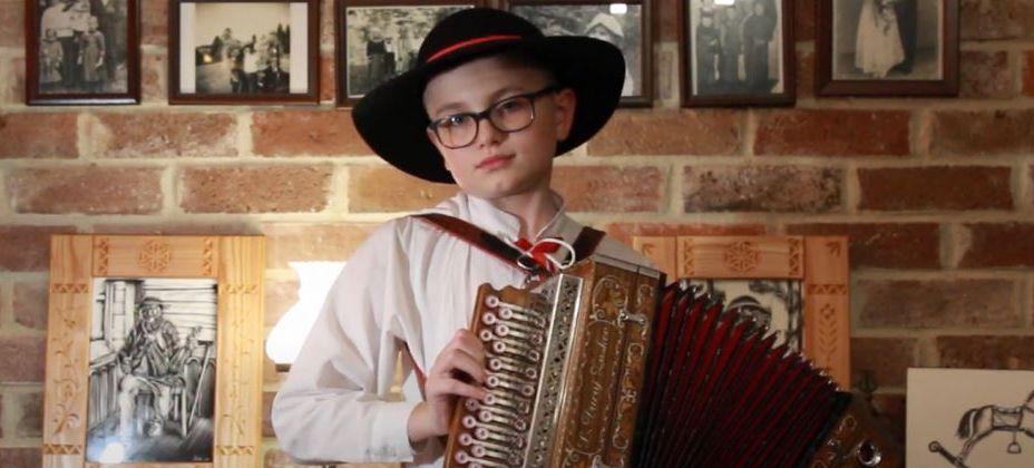 zdjęcie - chłopiec grający na heligonce