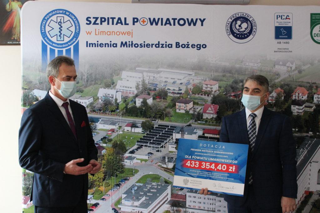 Starosta Limanowski Mieczysław Uryga wraz Dyrektorem Szpitala Powiatowego w Limanowej odbierają czek - dotację