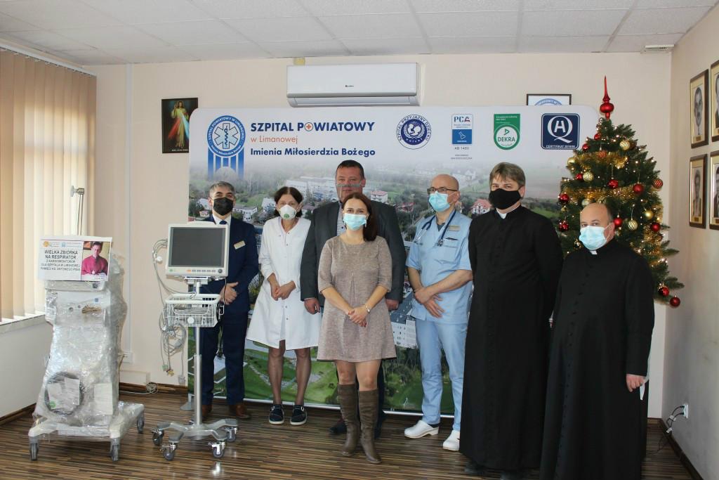 Przekazanie respirator z kardiomonitorem ku pamięci ks. Antoniego Pisia. Na zdjęciu dyrektor szpitala wraz z lekarzem i pielęgniarką i obecny ksiądz proboszcz parafii w Męcinie oraz przedstawiciele inicjatorów społecznej zbiórki