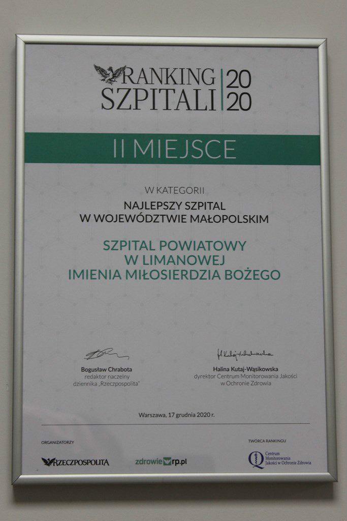 Zdjęcie dyplomu, który dostał szpital powiatowy w limanowej. Napis Ranking szpitali 2020. Drugie miejsce w kategorii najlepszy szpiral w województwie małopolski,.