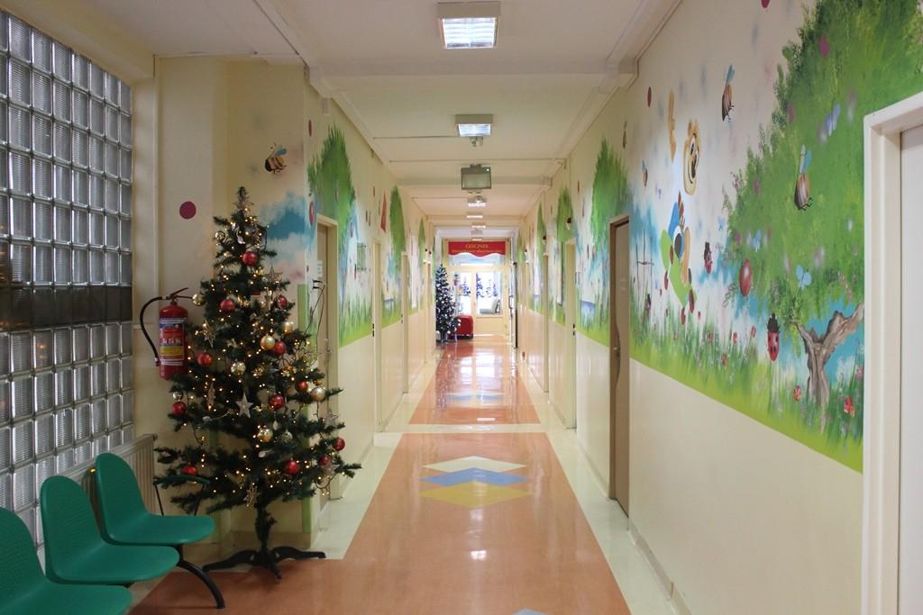 widok korytarza oddziału z kolorowymi ścianami