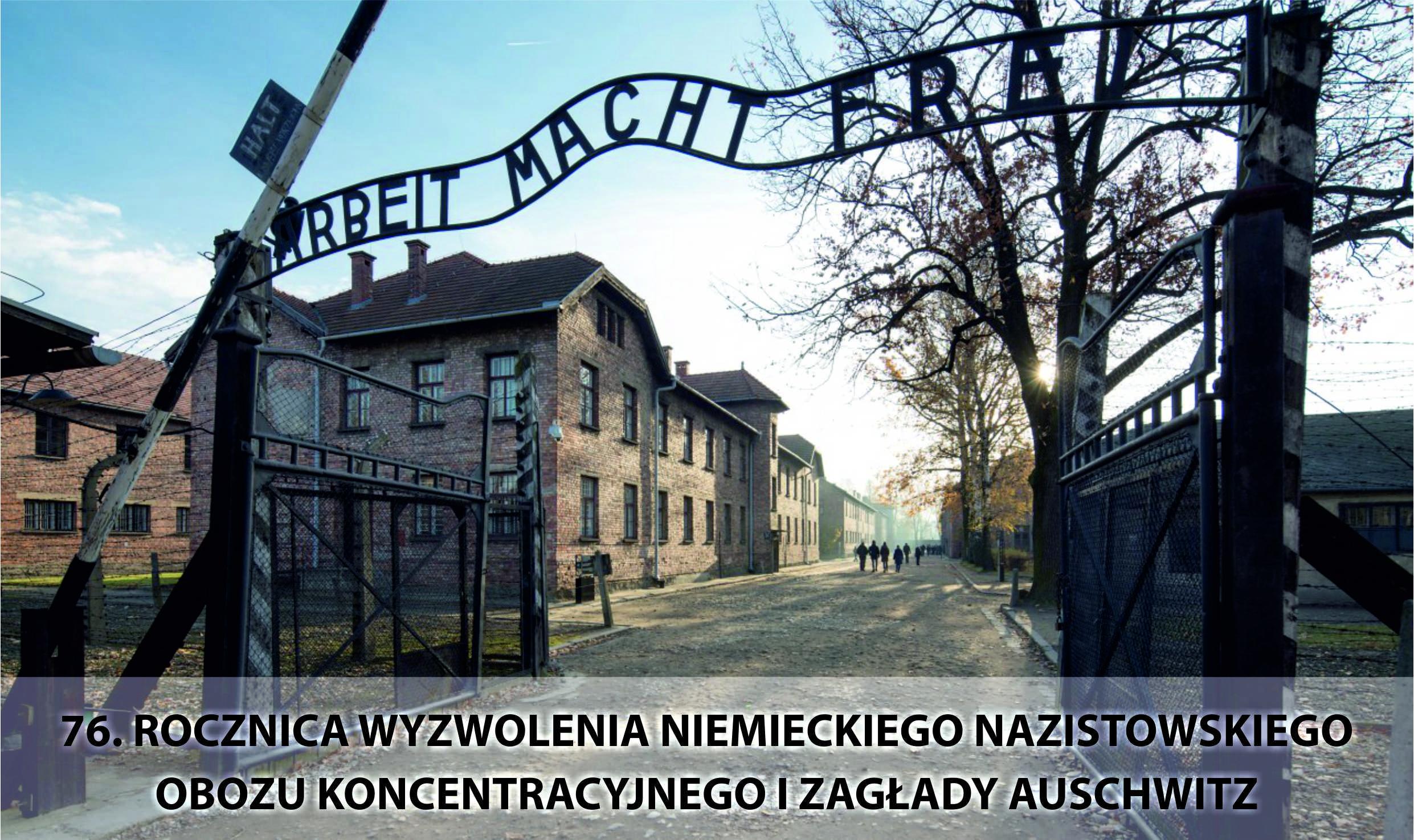 tablica z napisem Arbeit macht frei przed obozem w Auschwitz