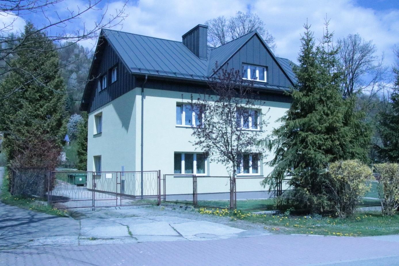 widok na budynek starej kolonii