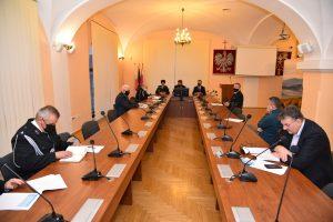 Widok na sale konferencyjna po obu stronach zasiadają uczestnicy spotkania na srodku 3 osoby przemawiajace do zgromadzonych
