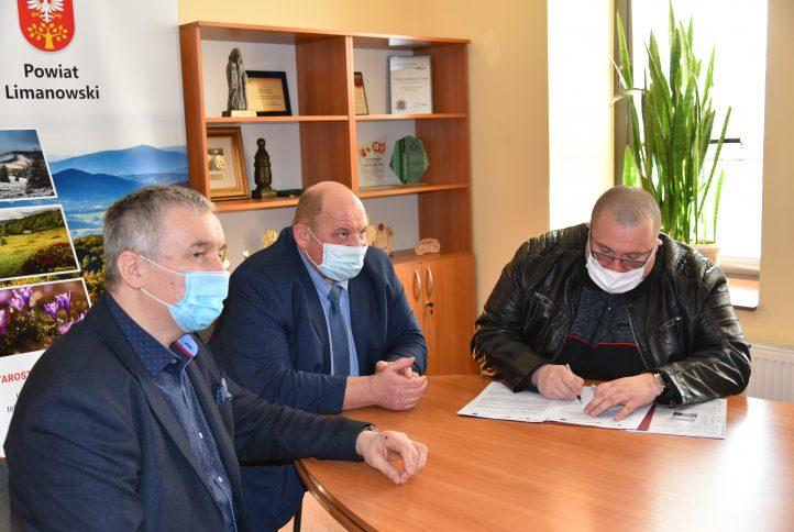 Podpisanie umowy z Wykonawcą przez Członków Zarządu - Pana Czesława Kawalca i Pana Józefa Jaworskiego w sali Zarządu w budynku Starostwa Powiatowego w Limanowej