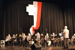 """Orkiestra Dęta """"Echo Podhala"""" na scene Limanowskiego Domu Kultury podczas patriotycznego koncertu."""