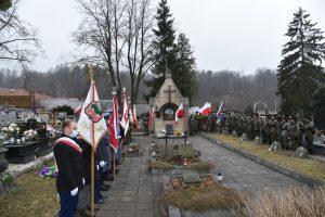 Widok na groby żołnierzy wyklętych na limanowskim cmentarzu. Po prawej stoi oddział jednostki strzelec, po lewej poczty sztandarowe.