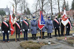 Poczty sztandarowe : miasto Limanowa, komena policji, starostwo powiatowe w Limanowej na cmentarzu podczas uroczytości