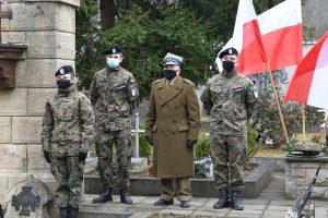 Porucznik Tadeusz Dębski w towarzystwie dwóch strzelców w mundurach.