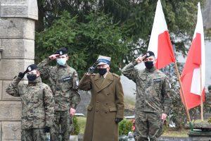 Porucznik Dębski w towrzystwie strzelców podczas ogrywania hymnu państwowego