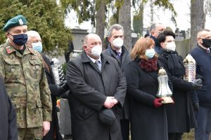 Zgromadzeni gośćie na obchodach Narodowego Dnia Pamięci ŻOŁNIERZY Wyklętych na limanowskim cmentarzu