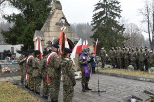Ksiądz podpułkownik Waldemar Rafiński podczas odmawiania modlitwy za dusze poległych żołnierzy wyklętych.