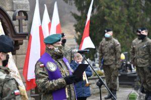 Ksiądz podpułkownik Waldemar Rafiński podczas odmawiania modlitwy - zbliżenie na twarz