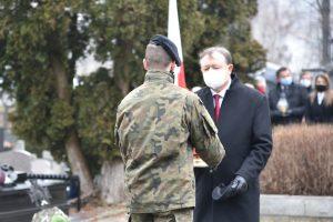 Poseł na Sejm RP Wiesław Janczyk podczas przekazania znicza na ręce strzelca do zlożenia na gorbie poległych żołnierzy.