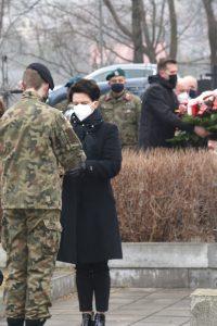 Poseł na Sejm RP Urszula Nowogórksa podczas przekazania na ręce strzelca znicza do zlożenia na gorbie poległych żołnierzy.