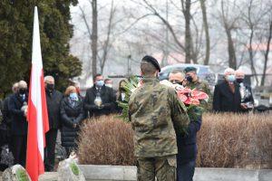 Wicewojewoda Małopolski Józef Leśniak podczas przekazania na ręce strzelca wiązanki patriotycznej do zlożenia na gorbie poległych żołnierzy.